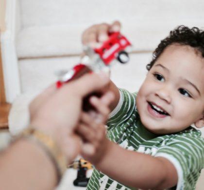 El niño de 2 años y 7 meses
